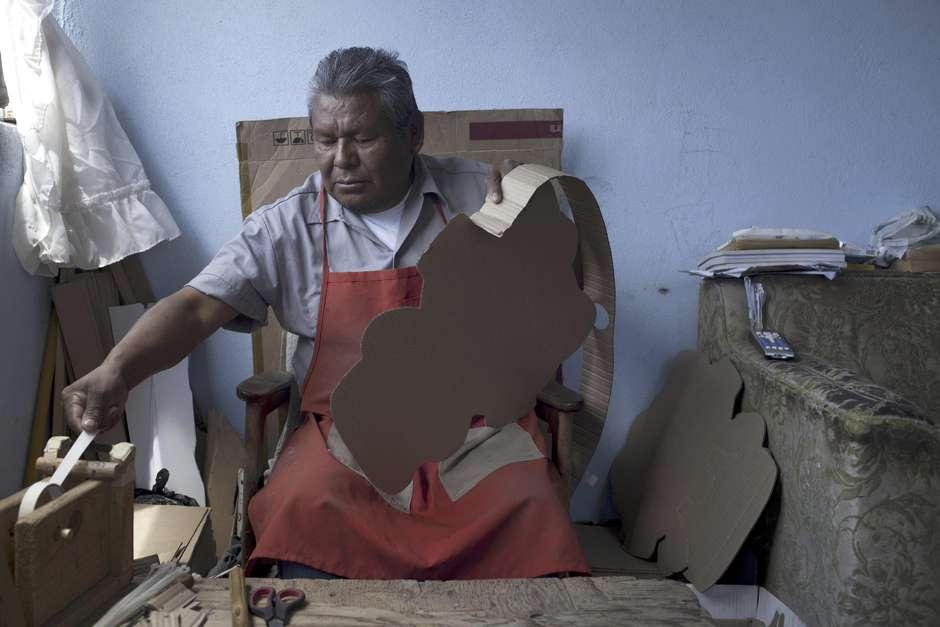 Hombre purépecha fabricando una piñata de cartón en forma de guitarra. Foto: Alex Cossio / AP