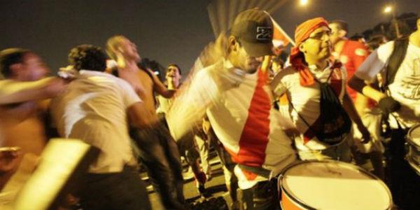 Hinchas peruanos chocaron con la Policía frente al hotel Westin
