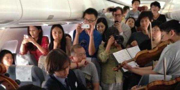 Video: Orquesta sorprende a pasajeros de avión con improvisado concierto