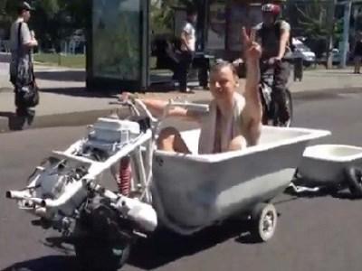 "Kazajistán: hombre pasea en ""motobañera"""