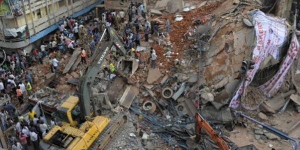 Trece personas mueren tras derrumbarse un hotel en la India
