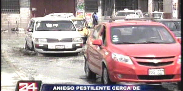 VIDEO: tubería colapsa e inunda varias calles cercanas al Hospital Dos de Mayo