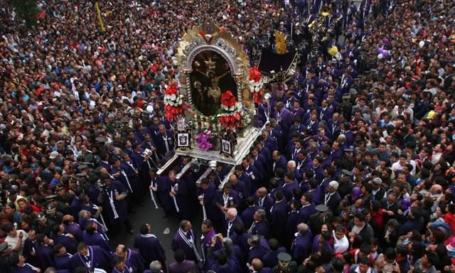 Peruanos se preparan para multitudinaria procesión del Señor de los Milagros