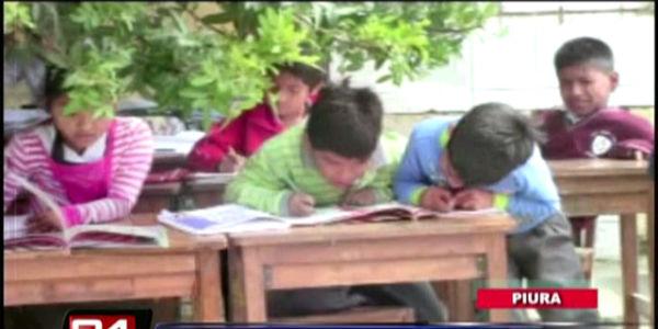 Indignante: más de 700 alumnos estudian debajo de árboles y al lado de un mercado