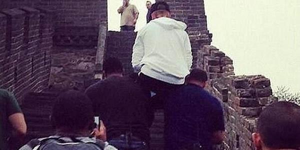 Graban a cantante Justin Bieber orinando sobre la Gran Muralla china
