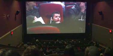 Niño con leucemia fue sorprendido con emotivo video sobre su vida en un cine