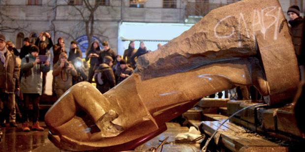 Manifestantes ucranianos derribaron estatua de Lenin en Kiev