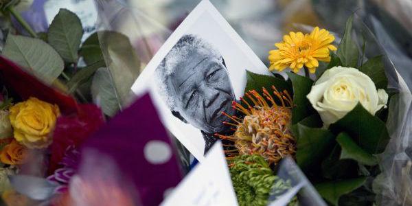 Miles de sudafricanos despidieron a Nelson Mandela entre cantos y bailes