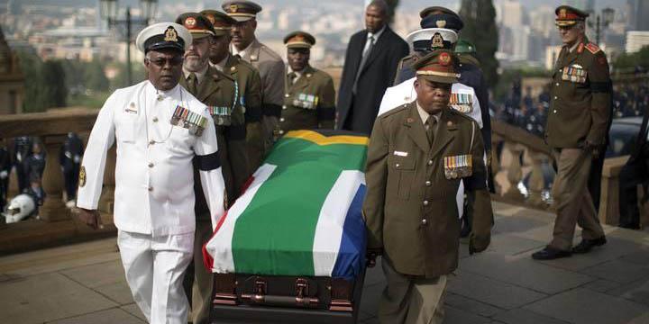 Avión con los restos de Nelson Mandela aterrizó en provincia donde será enterrado