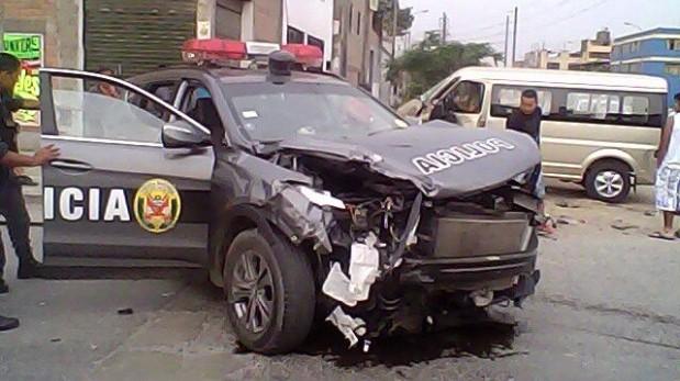 Choque entre patrullero inteligente y minivan dejó al menos dos heridos