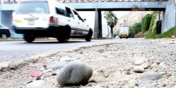 Cae piedra de acantilado de la Costa verde y hiere a mujer en Barranco