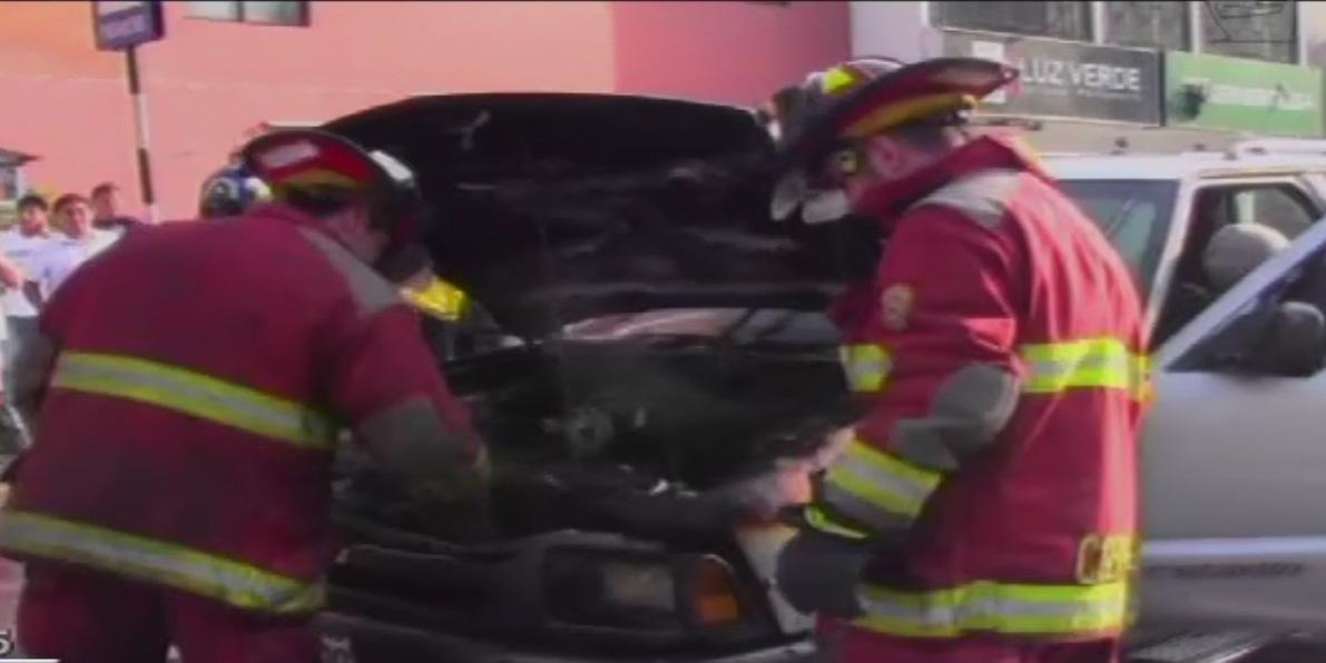 Moderno vehículo se incendió en plena vía y causó congestión en San Isidro