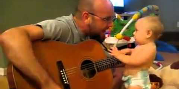 Este bebé es el fanático más pequeño de Bon Jovi