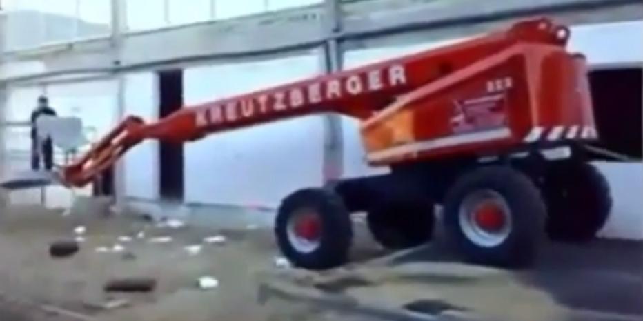 """VIDEO: Este obrero tuvo el """"primer día de trabajo"""" más desastroso de su vida"""