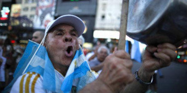 Manifestantes de izquierda protestan contra deuda internacional en Argentina
