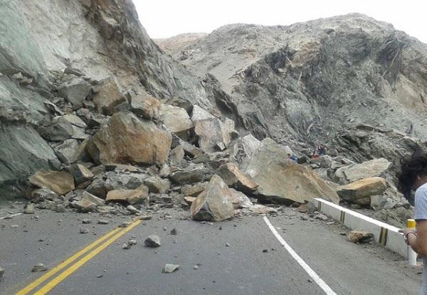 Arequipa: deslizamiento de rocas restringe tránsito en Panamericana Sur