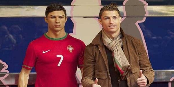 Cristiano Ronaldo envía a su peluquero a peinar su estatua de cera