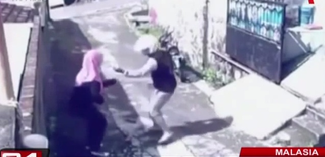 Malasia: ladrón le arrebata la cartera a una mujer y ella le roba su moto