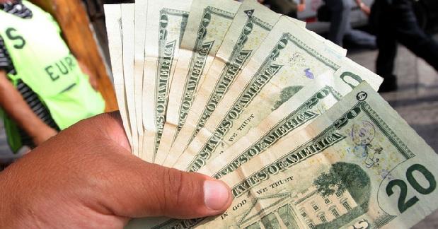 Dólar sigue a la baja: sepa a quiénes beneficia o perjudica esta caída