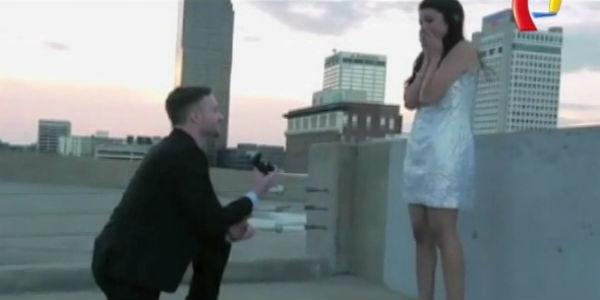 VIDEO: joven propone matrimonio a su novia durante el rodaje de una película