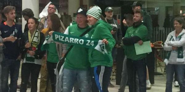 Claudio Pizarro: El eufórico recibimiento que tuvo en el aeropuerto de Bremen