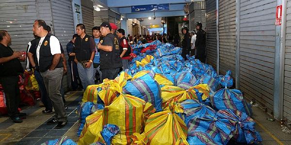 Centro de Lima: incautan más de 400 sacos de ropa falsificada en galería