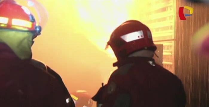 Incendio de proporciones consumió galería de zapatos en el Rímac
