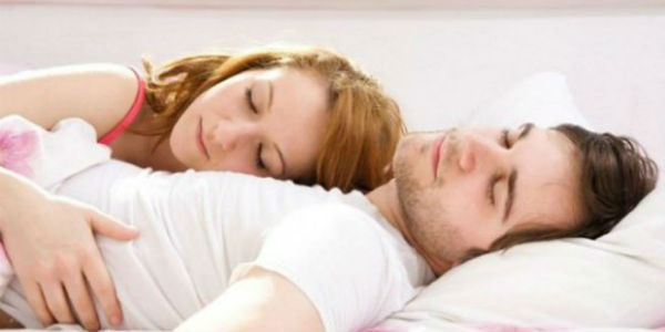 Estudio lo revela: ¿En qué lado de la cama duermen los infieles?