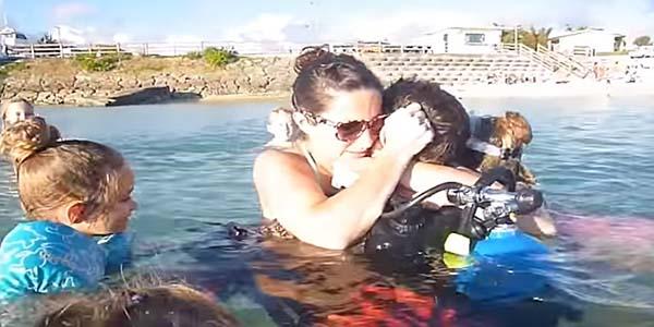 VIDEO: así fue la conmovedora sorpresa de un soldado a su familia en la playa