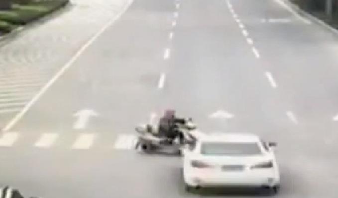 China: conductor fuera de control provocó aparatoso accidente