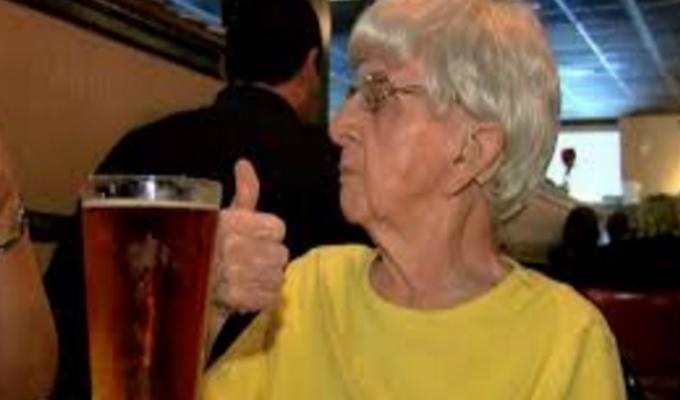 Anciana de 103 años afirma que su secreto de longevidad es la cerveza