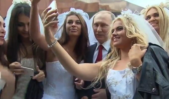 Rusia: Modelos vestidas de novias se tomaron selfies con Presidente Putin