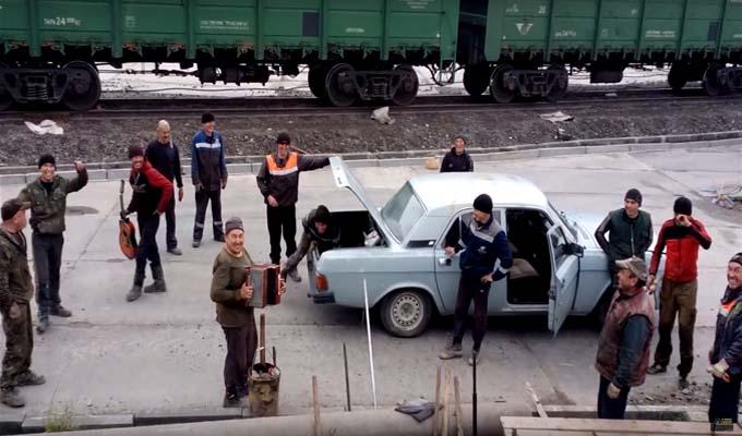 Rusia: 18 personas caben de manera sorprendente en un auto