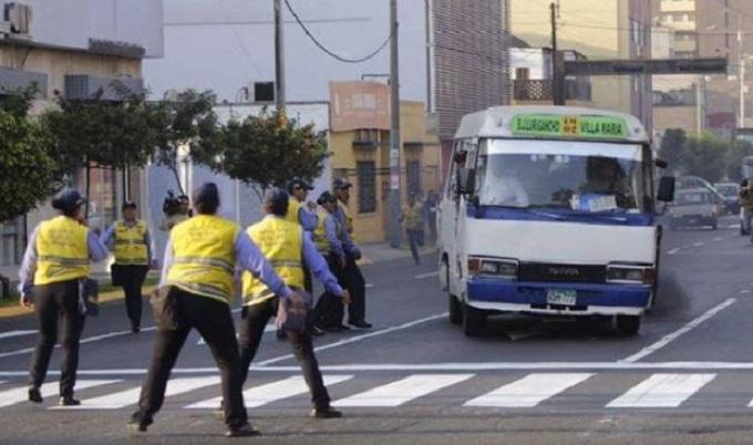 Choferes de Lima no respetan a los inspectores de tránsito