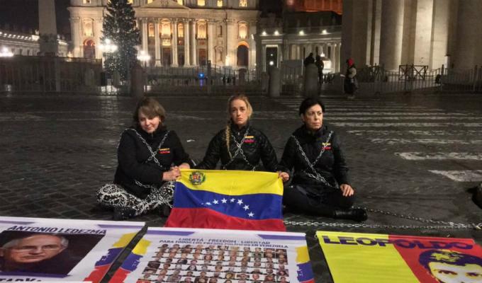 Lilian Tintori se encadenó en el Vaticano para pedir liberación de presos políticos