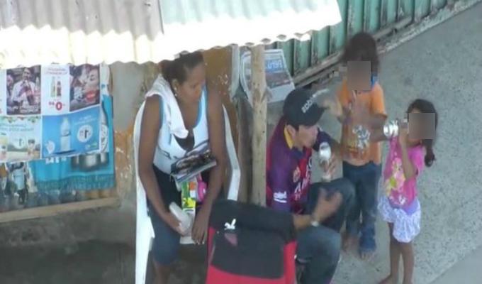 Captan a pareja dándole de beber cerveza a dos niños en Tumbes