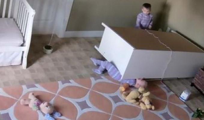 Niño de dos años salva a su hermano gemelo de morir aplastado por una cómoda