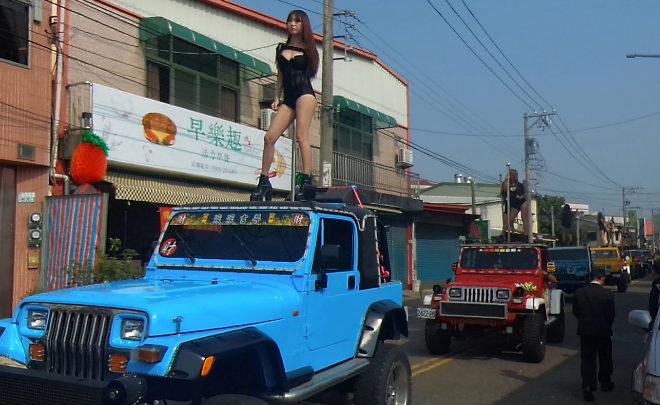 Taiwanés contrata 50 strippers para el cortejo fúnebre de su padre