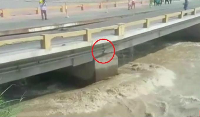 Puente Clarita a punto de colapsar por crecida del río Cañete