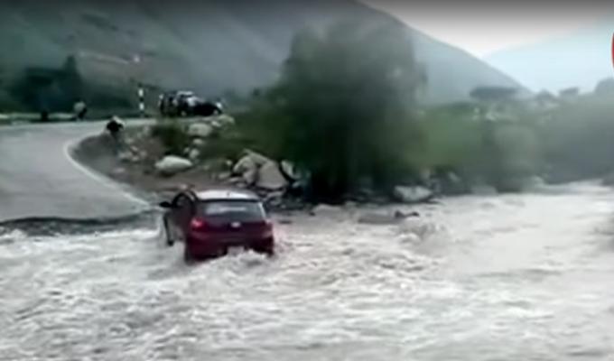 Huancavelica: crecida de quebrada destruye parte de carretera