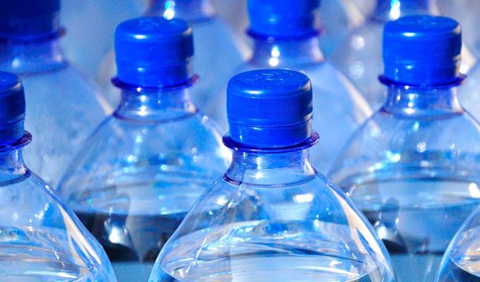 Estudio indica que agua embotellada de conocidas marcas estaría contaminada con plástico