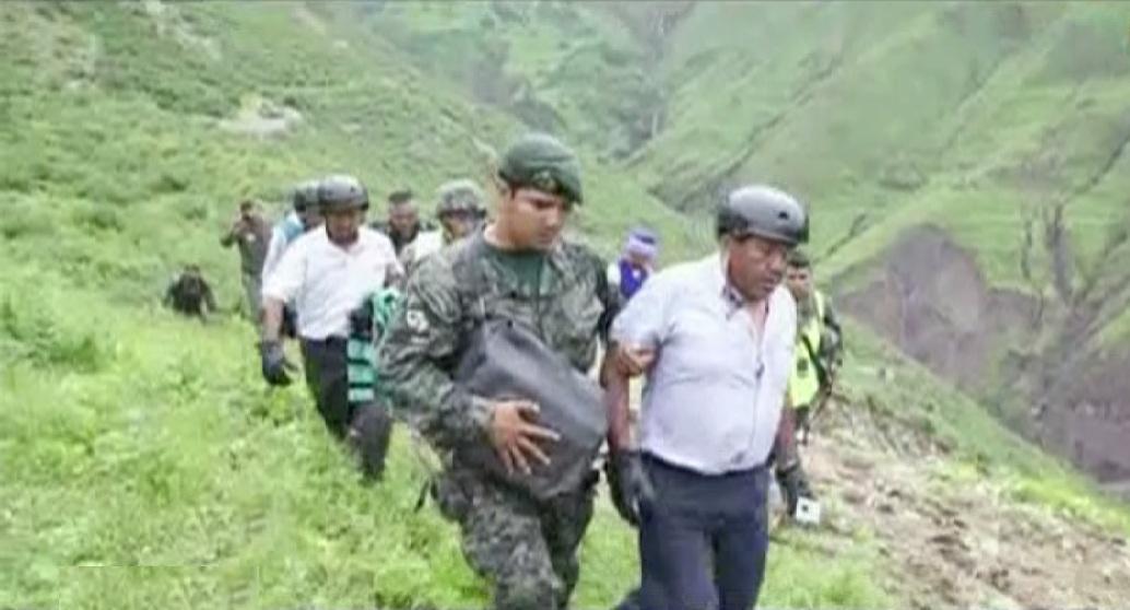 Miembros del Ejército rescatan a pobladores aislados de la sierra de Lima