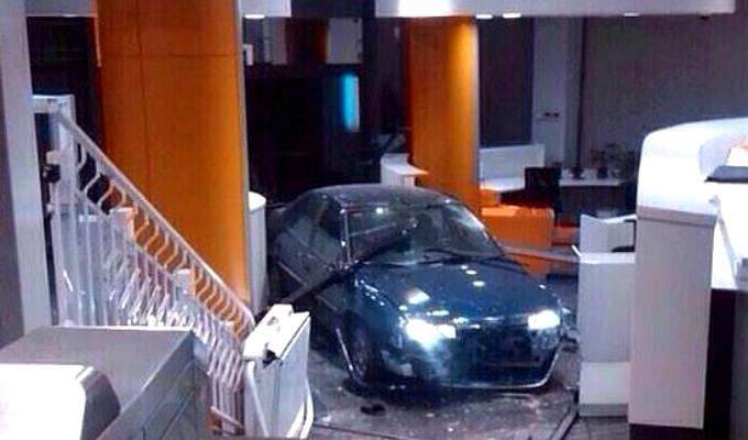 Auto terminó empotrado en tienda de Magdalena