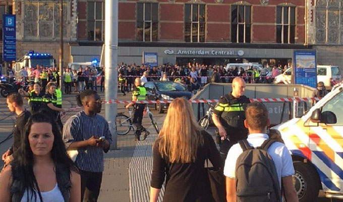 VIDEOS: auto atropella a peatones frente a estación de trenes de Ámsterdam