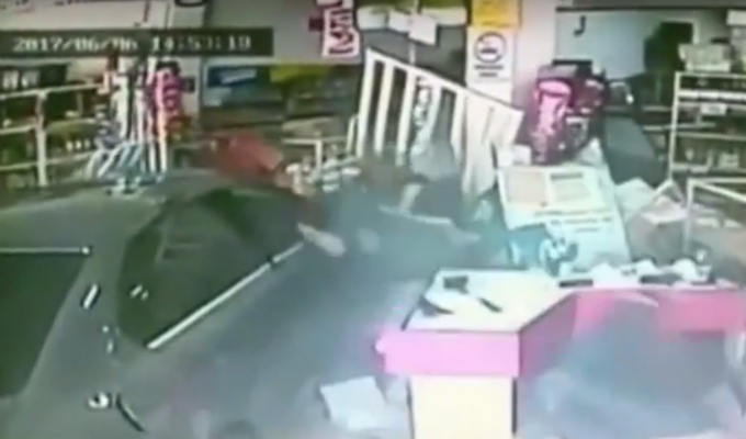 Cinco personas resultaron heridas al estrellarse auto contra una tienda en México