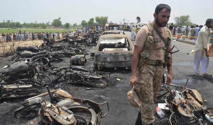 Camión cargado con combustible explota y mata 140 personas en Pakistán