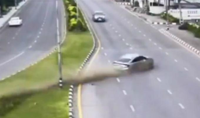 Tailandia: hombre se estrella contra muro al despistarse su vehículo