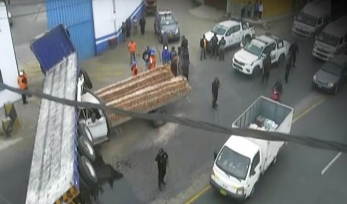 Trujillo: se registró violento choque entre camión y tráiler