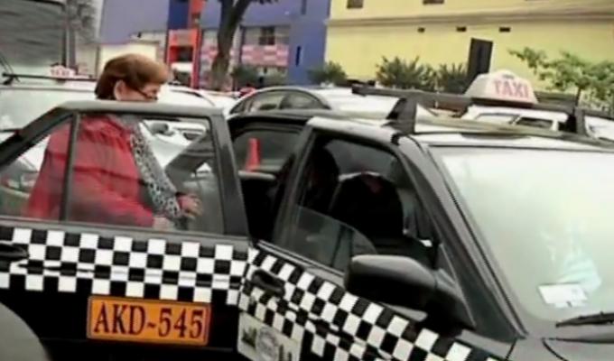 Taxis colectivos invaden y generan caos en la avenida Arequipa