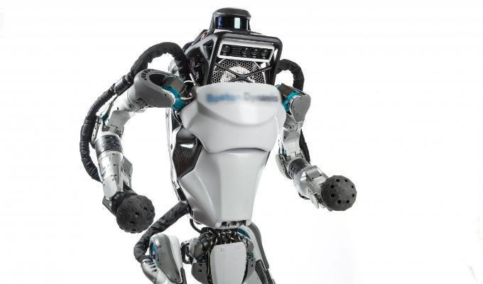 [VIDEO] Robot sufre cómica caída durante presentación